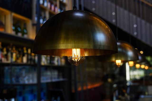 žárovka v knihovně