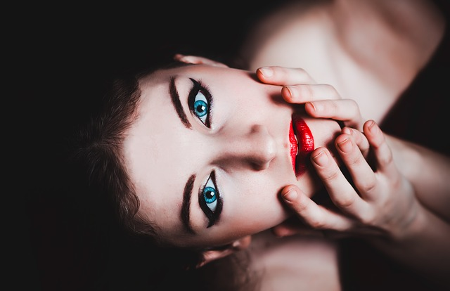 jasně modré oči