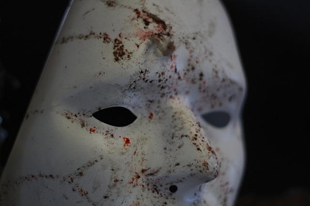 zničená maska