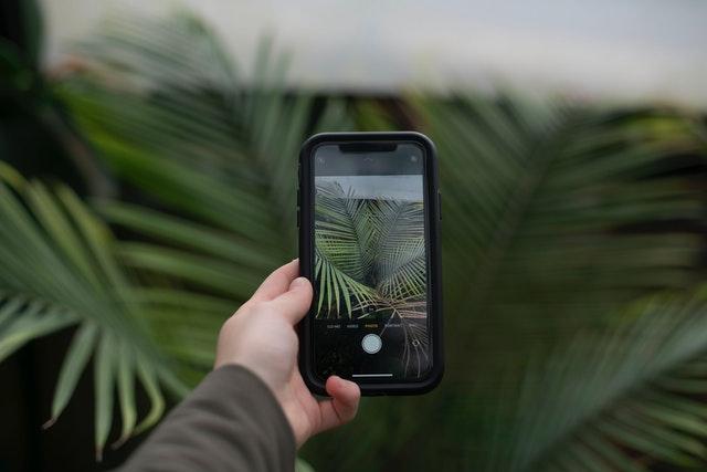 žena držící outdoorový mobil